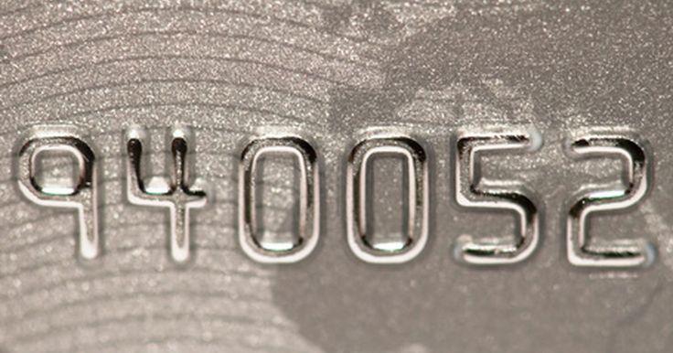 Como verificar se o cartão de crédito está ativado. Um cartão de débito é um cartão, frequentemente com uma logomarca Visa ou Mastercard, que está vinculada a uma conta corrente ou poupança. Quando você recebe seu cartão de crédito, normalmente é preciso ligar para um número 0800 e ativá-lo antes de poder utilizá-lo.