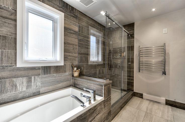 Une salle de bain dans le style moderne, avec les céramiques tendance du moment imitation bois, une base de douche en céramique pour une finition raffinée.