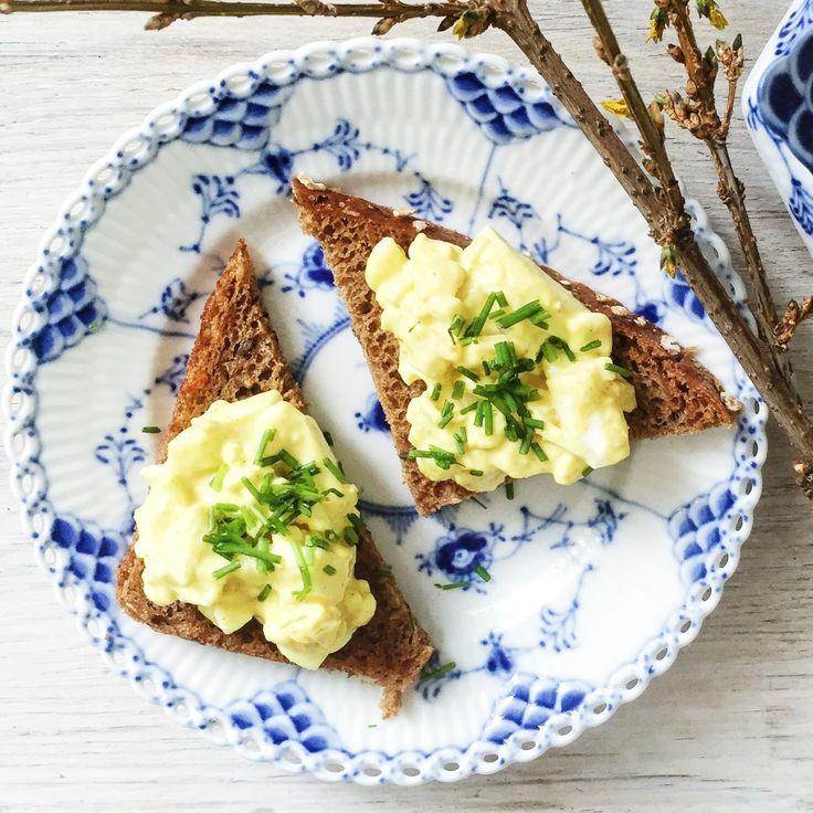 Inden jeg kørte min datter i vuggestue, kogte jeg et par æg, og rørte en sund æggesalat sammen, som vi spiste til formiddagsmad. Hovedingrediensen i æggesalaten er selvfølgelig æg, men derudover benyttede jeg hytteost, som er et langt sundere alternativ end den fede mayonnaise. Jeg krydre....