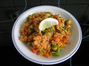 Das perfekte Couscous-Salat mit Joghurt-Minze-Dip-Rezept mit einfacher Schritt-für-Schritt-Anleitung: Den Couscous in der Gemüsebrühe aufkochen und mit…