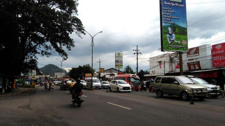 Sudah Tujuh Jam, Lawang - Singosari Masih Macet https://malangtoday.net/wp-content/uploads/2017/01/WhatsApp-Image-2017-01-28-at-16.48.58.jpeg MALANGTODAY.NET – Kemacetan luar biasa terjadi dijalur utama Surabaya menuju Malang. Bahkan, macet tersebut sudah terpantau sejak Pagi tadi hingga Sore ini (28/01). Kemacetan itu akibat meningkatnya volume kendaraan yang menuju ke arah kota Batu maupun Malang. Apalagi saat liburan seperti... https://malangtoday.net/malang-raya/sud