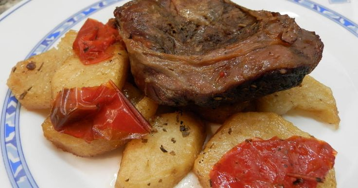 Fabulosa receta para Aguja de ternera al horno con patatas panaderas . Otra manera de comer aguja de ternera esta ya con las patatas incorporadas .
