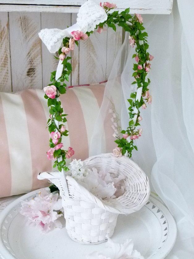 Ein traditioneller Blumenkorb mit Röschengirlande und einer zarten Spitzenschleife für die Blumenkinder der Brautleute. Die Blumenkörbe werden gefüllt mit kleinen Rosenknospen und weichen...
