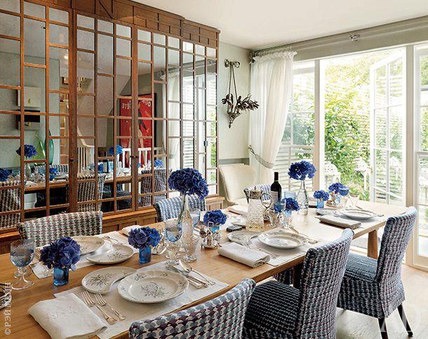 В столовой — шкаф, спроектированный Уильямом Йовардом для предыдущей квартиры Нины и переделанный для нового дома. Французские окна раскрываются прямо в сад.