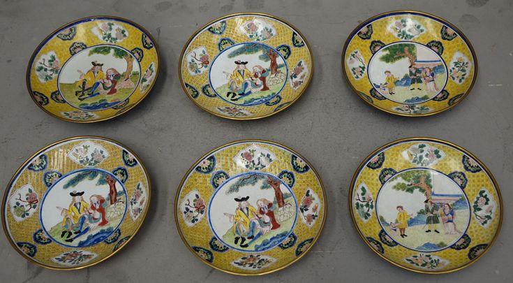 Piatti, Cina, dinastia Qing, periodo Qianlong (1736-1795) Qianlong (1711-1799), imperatore dal 1736 al 1795, è il più importante esponente della dinastia Qing: fine letterato, patrono delle arti, appassionato poeta e saggista, collezionista e mecenate, dà ulteriore impulso alle Manifatture...