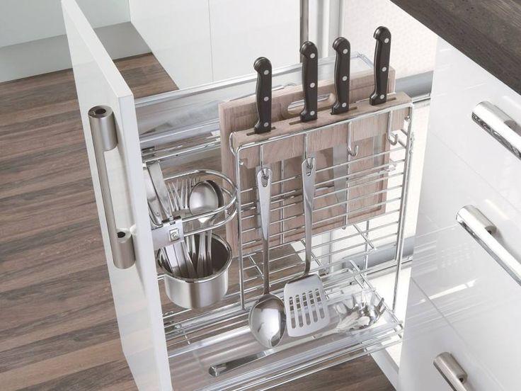 Wielofunkcyjny wyciąg podblatowy EGT przeznaczony jest na podręczne akcesoria kuchenne, takie jak noże, cedzaki, chochle, łyżki. Zawiera dwie półki z koszami tworzywowymi i standardowo wyposażony jest w drewnianą deskę i uchwyt na ściereczki. Ma wysokość 552 mm, szerokość 259 mm i głębokość 466 mm. Dzięki systemowi PREB04 może być montowany z prawej lub lewej strony. Komfortu użytkowania dopełnia zastosowany w cargo mechanizm cichego domykania.  zdjęcie TCO Akcesoria Meblowe
