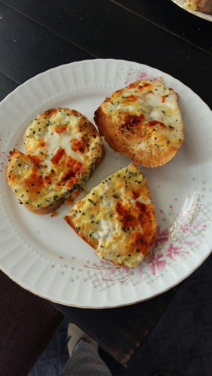 yumurta tereyağı ve peyniri karıştır ekmeklerin üzerine sür ızgarada pişir afiyet olsun