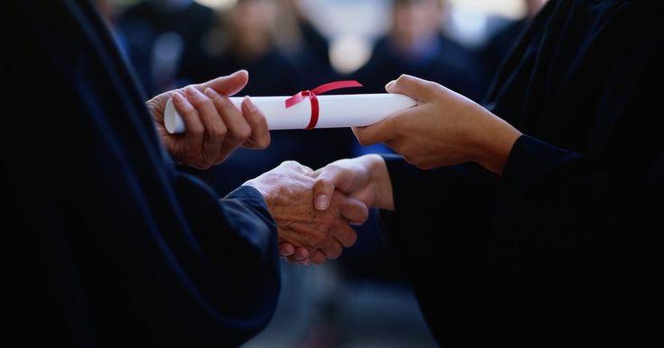 Ideias para emoldurar seu diploma. Um diploma de graduação marca o momento em que se alcança um objetivo de longo prazo, que lhe tomou muito esforço e dedicação. Destaque essa conquista colocando-o em uma moldura que ressalta a sua importância. A decisão da moldura pode parecer difícil ao se comparar tantas opções de estilo, e a decisão é questão de estilo. Então escolha aquela que ...