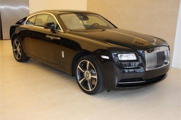 Wraith , de brutaalste uitdrukking van Rolls - Royce nog . De opvallende fastback silhouette straalt elegantie en kracht . De aerodynamische lijnen en grote spoorbreedte achter versterken de belofte van atletisch vermogen en dynamiek , die verder wordt versterkt door de prominente schouders. De meeslepende ontwerp kan verder worden versterkt door de exclusieve two- tone lak combinaties.