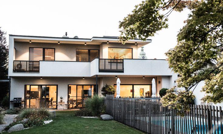Laue Sommerabende genießen! Bei diesem Einfamilienhaus sieht man die Liebe zum Detail. Mit wenigen ausgewählten Akzenten lädt die Terrasse zum Entspannen ein und die Hebeschiebetüren bringen auch genug Licht nach außen.