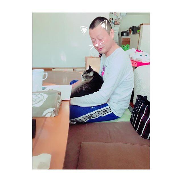 👬 * 父と猫。 ラブラブか👨🏻❤️🐈♂ * #パパ#まこちゃん#デレデレ#安定のジャージ#呑んだくれ #愛猫#クォンくん#パパ大好き#メンズ大好き#甘え上手