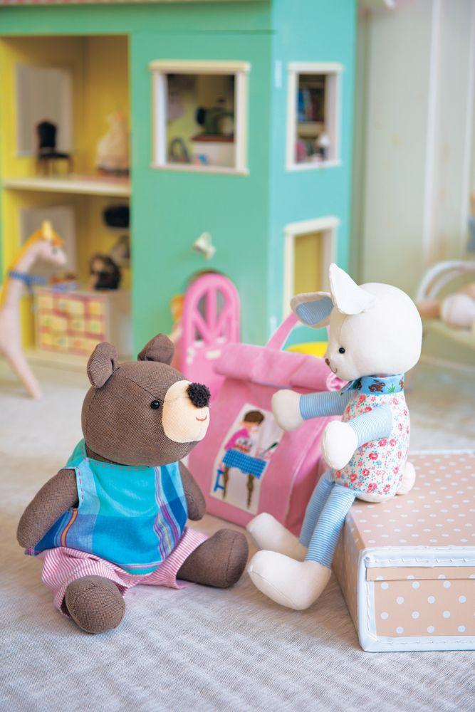 Après nous avoir proposé Quilt story 1 et 2 et devant le succès qu'ils ont rencontré, l'auteure Yukari Takahara vous propose Sewing Momo : Je suis couturière ! Spécialiste de l'appliqué surtout consacré à des scènes de la vie. Yukari vous propose des modèles toujours aussi dynamiques et charmants. Particulièrement destinées aux enfants, ses créations peuvent se retrouver sur des sacs, des vêtements et aussi devenir le décor complet de la chambre de bébé. Un tome aux 1000 idées à utiliser…