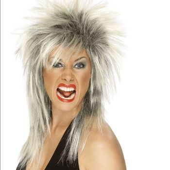 Blond en zwarte rock diva damespruik. Een echte rockster pruik met aan de voorkant piekend en achter lang haar. Ruige damespruik voor vele momenten.