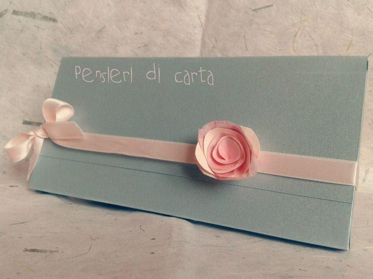 Partecipazione modello pochette in carta perlata tiffany, nastro in doppio raso rosa pesca e rosa di carta tone su tone realizzata a mano!
