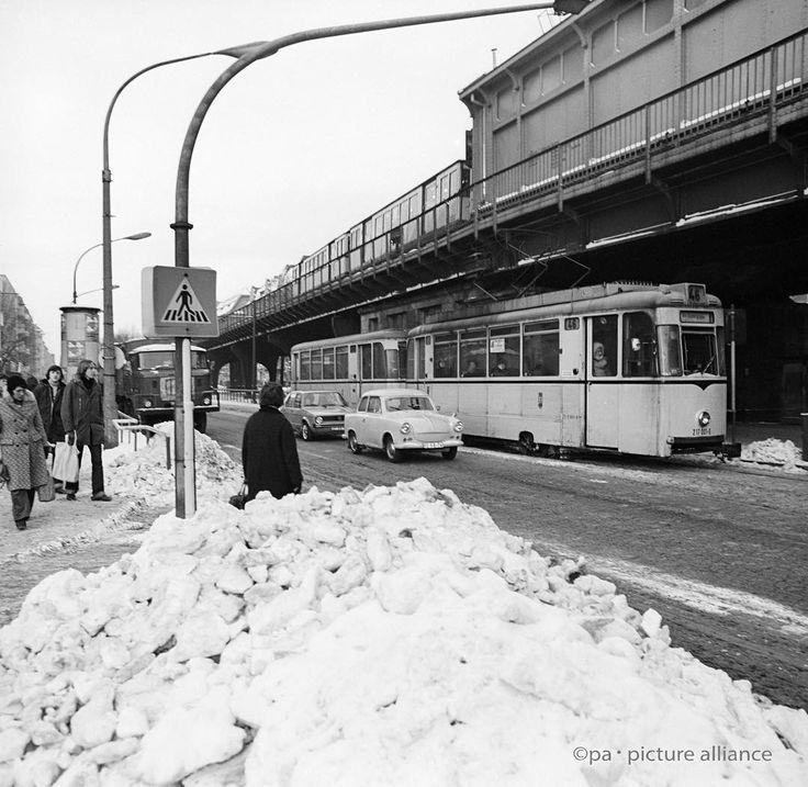 Das Bild entstand 1979 an der Schöhnhauser Allee, erkennbar an der Hochbahn und der Straßenbahn der Linie 46.