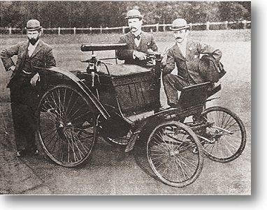 """'n Foto van die bekendstelling op 4 Januarie 1897 in Pretoria van die eerste motor in Suid-Afrika. Van links is A.E. Reno, stigter en toe redakteur van die Pretoria News, dr. W.J. Leyds, staatsekretaris van die ou Transvaalse Republiek, en John Hess, die eienaar. Die motor is aan Paul Kruger gedemonstreer—wat egter die aanbod van die hand gewys het om daarin te ry, """"Nee, dankie,"""" het die geamuseerde Transvaalse president glo gesê, """"netnou blaf 'n hond en dan skrik die ding en gooi my af!"""