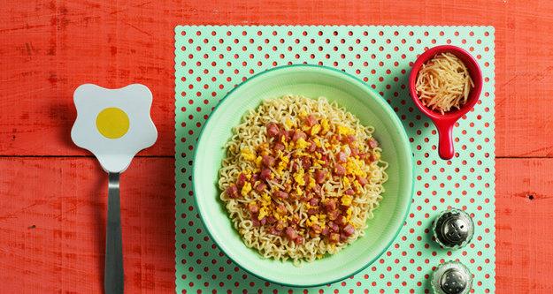 Miojo com presunto, queijo e ovo. | 10 receitas que vão te dar vontade de voltar a comer miojo