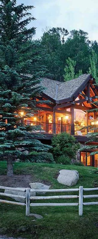 Colorado, known for its amazing outdoor adventures, seems to be the perfect place for rustic retreats, and this one does not prove to be an exception. #loghomes #logcabins #rustic