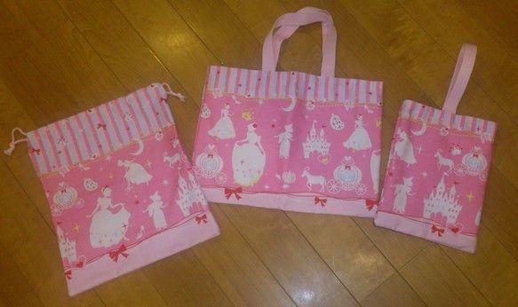 手提げ袋(40cm×30cm)と上靴袋(20cm×28cm)とお着替え袋(30cm×40cm)のセットです。上靴袋は持ちや...|ハンドメイド、手作り、手仕事品の通販・販売・購入ならCreema。