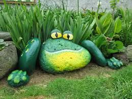 .AWESOME painted stone frog.. What a cool piece of art for the garden!!: