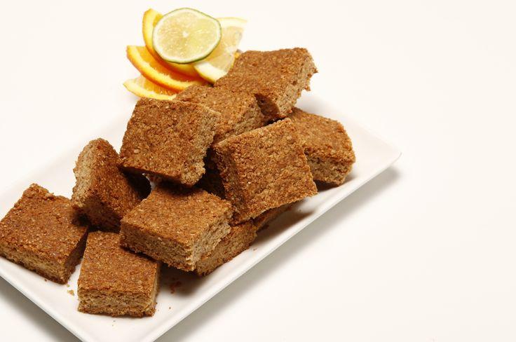 Quadrados de aveia 12345 RefeiçãoDoces e Sobremesas Grau de DificuldadeFácil Custo da RefeiçãoEconómico DosesTempo Confeção 6 PESSOAS50 minutos  Ingredientes 450 g de farinha de aveia 230 g de açúcar mascavado 230 g de  manteiga 2 colheres (sopa) de mel 2 colheres (chá) de gengibre fresco ralado 2 colheres (chá) de gengibre em pó 1/2 colher (chá) de fermento 1 pitada de noz-moscada 1 pitada de sal  Manteiga para untar  Papel vegetal Doses: PESSOAS Modo de Preparação Ligue o forno a…