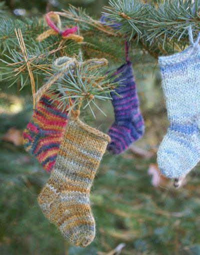 Mini calcetines para adornar el árbol de navidad.