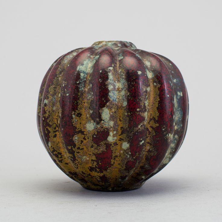 HANS HEDBERG: Vas i starkeldsfajans, Biot, Frankrike. Spräcklig glasyr i rött, grönt och gulbrunt. Pumpaliknande form. Höjd 9,5cm.