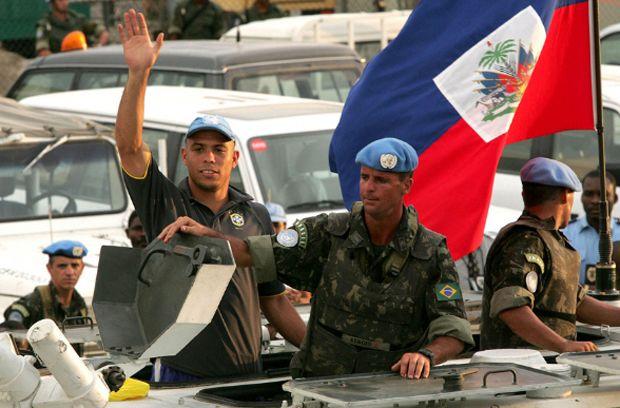 Ronaldo em um veículo blindado da ONU, chega em Porto Principe, capital do Haiti, para um amistoso pela paz, em 2004. Foto: iG