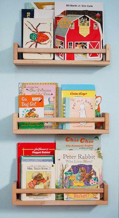til Milans bøger...tror hylderne er fra Ikea ?Estanterias BEKVÄM (especiero) para poner libros :)