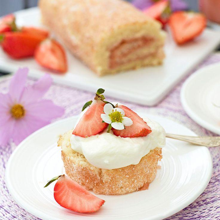 Rulltårta med rabarbercurd. Lägg en klick vispgrädde och en delad jordgubbe på en rulltårtsskiva så har du en läcker bakelse.