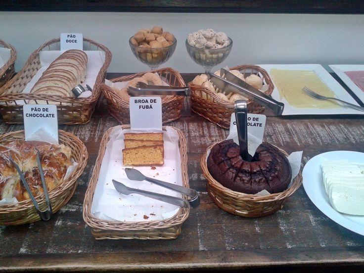 Café da manhã bem farto na Pousada do Ouvidor, em Ouro Preto.
