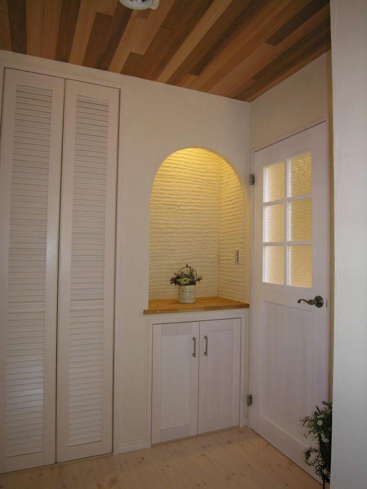 """珪藻土塗り壁、パインの無垢床材、レッドシダーの天井でお客様をお出迎えする玄関。ニッチの中も珪藻土で塗ってありますが、コテで塗りパターンを付けているので、また一味違う表情に。扉はオリジナル造作です。 専門家:株式会社 SPACE LABが手掛けた、玄関ホール(フレンチカラードアの可愛い""""さくらの見える家"""")の詳細ページ。新築戸建、リフォーム、リノベーションの事例多数、SUVACO(スバコ)"""