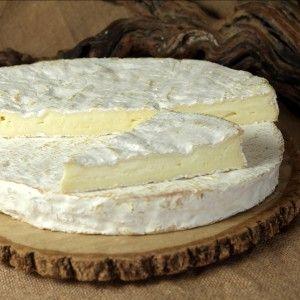 Brie de Meaux - Il a gardé les méthodes de fabrications traditionnelles fermières, moulé manuellement à l'aide d'une pelle à brie. Il est retourné régulièrement lors de son affinage qui dure environ 8 semaines. Ce fromage de forme cylindrique, plat, de 35 cm de diamètre environ et de 2,5 cm d'épaisseur, pèse, à peine 3 kilos.