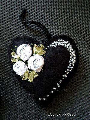 Filcowe czarne serce ze srebrnym  haftem wstążeczkowym -