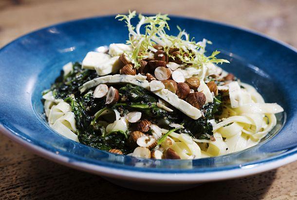 Ädelost, spenat och nötter sätter julig piff på pastan!