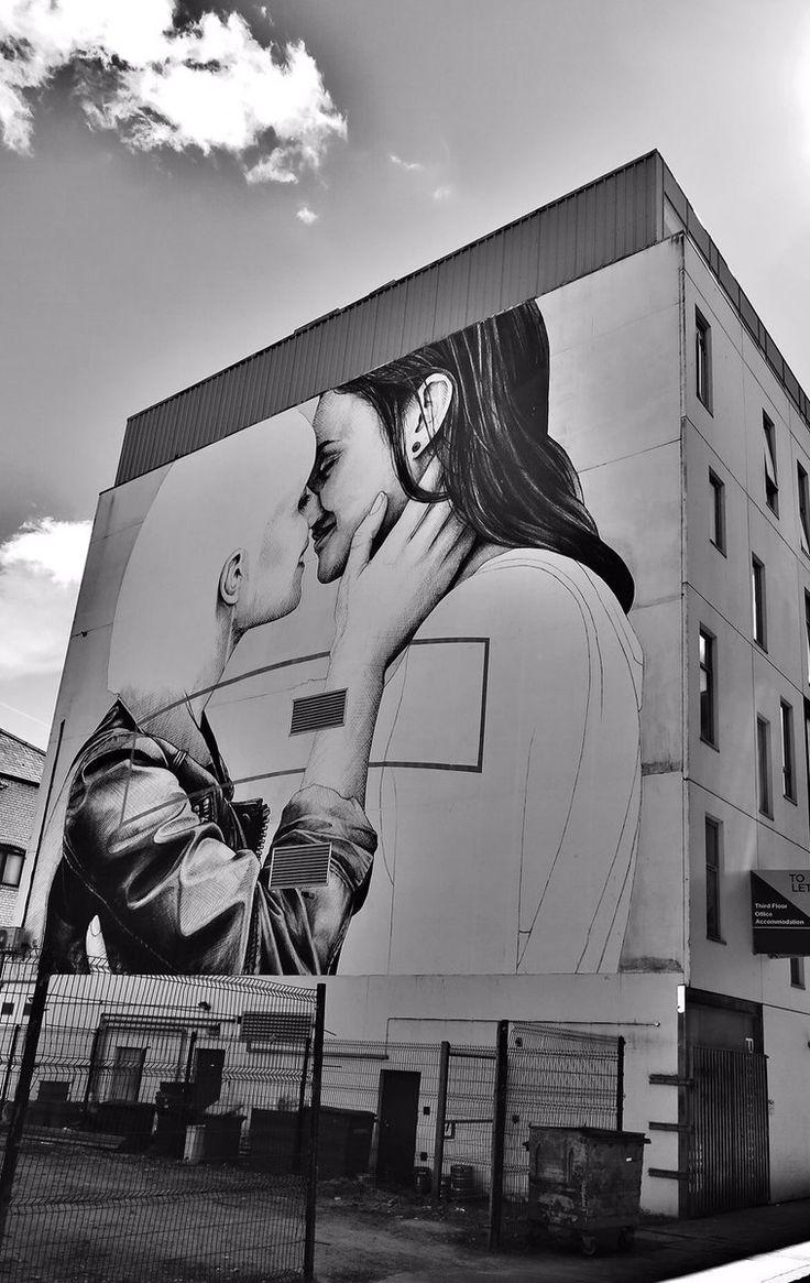 Belfast, Irlanda del Nord: nuovo muro dell'artista irlandese Joe Caslin per il Belfast Pride.