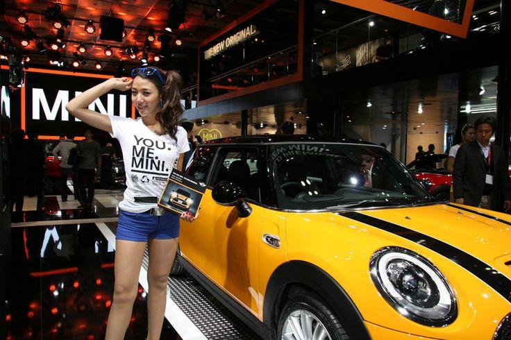 東京モーターショー2013、美しいコンパニオンと自動車の競演