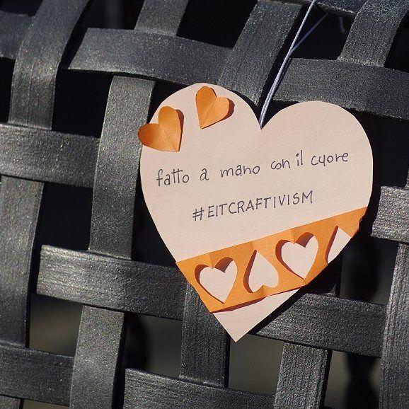 """Febbraio è arrivato e io voglio salutarlo così, con uno cuore creato per la campagna di #craftivism dell'#EtsyItaliaTeam  Voglio aiutare, nel mio piccolo, a diffondere quelle che sono le esigenze della micro imprenditoria artigianale, i valori e la forza che l'artigianato racchiude in sé. Se anche tu sei sensibile a queste tematiche partecipa alla campagna """"Fatto a mano con il cuore"""" è facile, è divertente e possono partecipare tutti, ma proprio TUTTI, quindi niente scuse, diffondiamo…"""