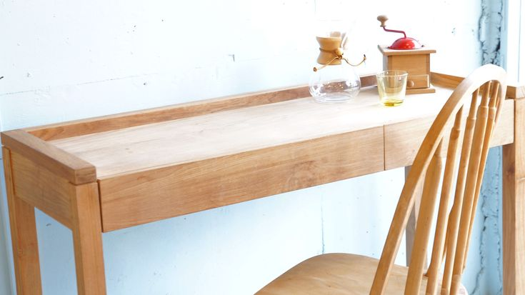 ベルギーに拠点を置くファニチャーブランド「エスニクラフト」。「塗装やデザイン、機能を無くす。それこそが一つの付加価値」を基準に、チーク,オーク,ウォルナットの3種の木材を柱に、全て無拓材で製作しています。「エスニクラフト」は、TVボードやキャビネット、サイドボードの箱ものを始め、ダイニングテーブルやチェア等の脚ものを大変得意としています。塗装をしていないので、家具一つ一つの表情が異なり、こちらは、チーク材を使ったコンソールデスク。塗装をしていないので、家具一つ一つの表情が異なります。また、持ち主の環境や使用方により、経年変化が異なるため、無垢材独特の味わい深い家具になっていきます。引き出しはサイズが違う2つが付いており、容量もたっぷりです。無拓のコンソールデスクをお探しの方、是非この機会にいかがでしょうか♪~【東京都杉並区阿佐ヶ谷北アンティークショップ 古一/ZACK高円寺店】 古一/ふるいちでは出張無料買取も行っております。杉並区周辺はもちろん、世田谷区・目黒区・武蔵野市・新宿区等の東京近郊のお見積もりも!ビンテージ家具・インテリア雑貨・ランプ・USED品・…