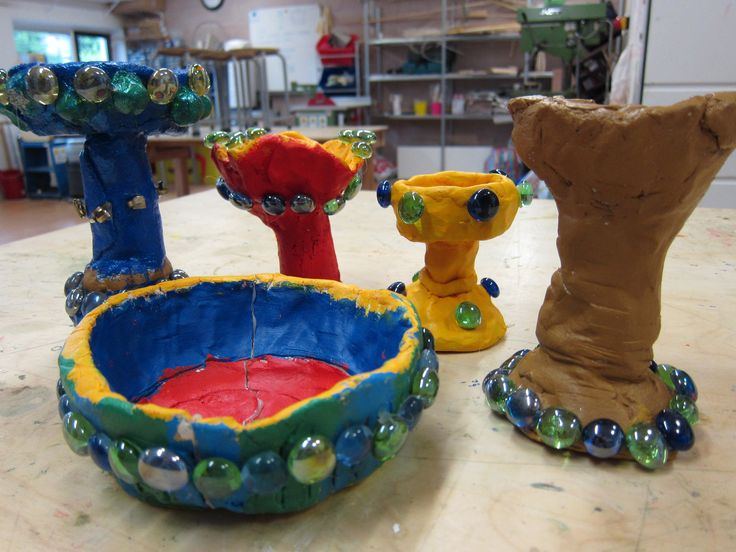 Project Middeleeuwen. Maak je eigen kelk van klei. Geverfd met acrylverf en versiert met glitter, aquariumsteentjes en splitpennen