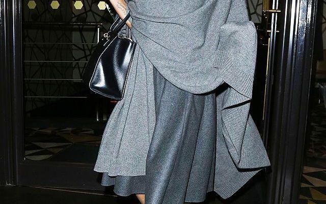 Angelina Jolie pare pesi 35 kg, a confermarlo, alcune foto... L'attrice si è trasferita a Londra insieme a suo marito Brad Pitt, per circa sei mesi in un appartamento lungo le rive del Tamigi. La coppia più famosa di Hollywood possiede oltre ad innumerevoli app