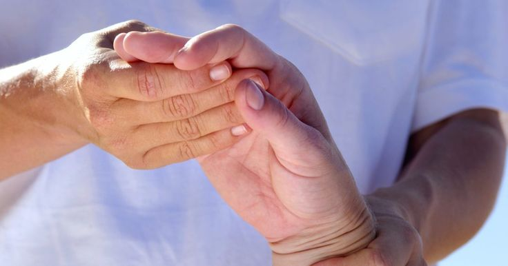 Ejercicios para fracturas distales de radio. El antebrazo está compuesto por dos huesos: el radio, que es el hueso más grande y el cúbito. El punto en donde estos huesos entran en contacto con los huesos carpianos de la mano es la articulación de la muñeca. En la fractura distal del radio, el extremo cercano a la muñeca se quiebra de forma repentina. La culpable es un tipo de fuerza intensa ...