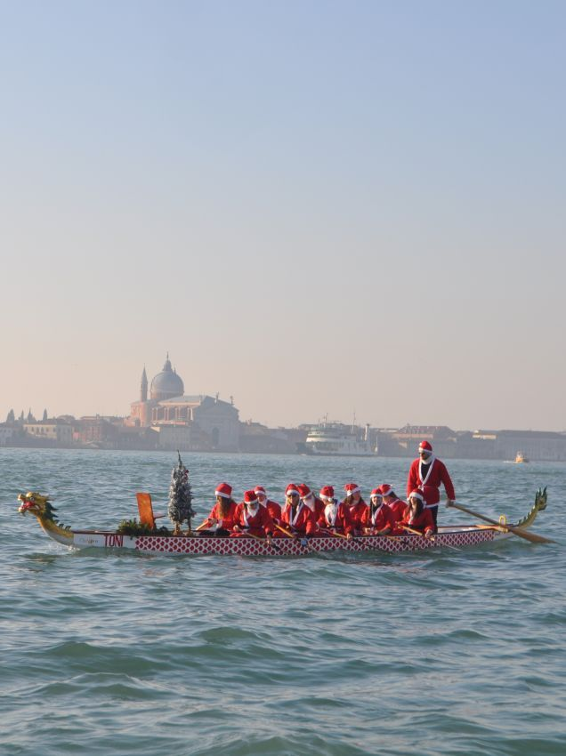 How many #SantaClaus are rowing in #Venice?