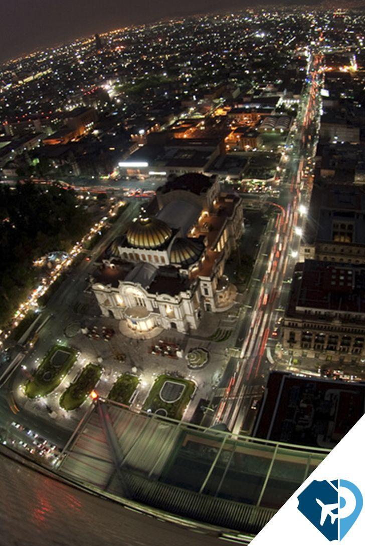 Visita el excelente mirador que tiene la Torre Latinoamericana, en la CDMX. De noche se ve espectacular.
