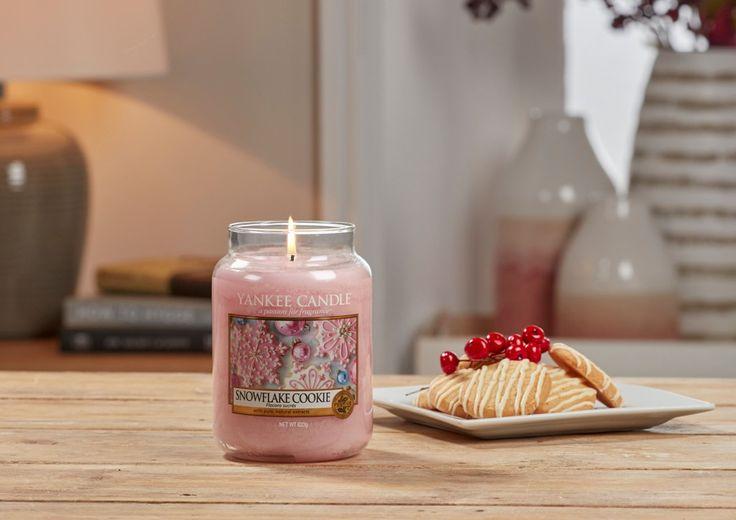 Månadens doft för november 2017 är Snowflake Cookie.En ny jultradition som säkert får dig att smälta: en sötsak för julhelgen, ljuvligt dekorerade med söt rosa glasyr. Doften finns i Classic utbudet med ljus i flera storlekar. Tänd ljus, skapa stämning, kryp in under en filt och njut av hösten.  #YankeeCandle #SnowflakeCookie #Stämning #Vanilj #Sötma #Kryddor #Juldoft #DoftLjus