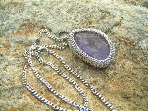 Kroužkovaný ametyst - přívěsek přívěsek kámen řetízek fialový minerál ametyst eloxovaný kroužky kroužkování hliník kroužkovaný duchovní na krk kamen s řetízkem těžký