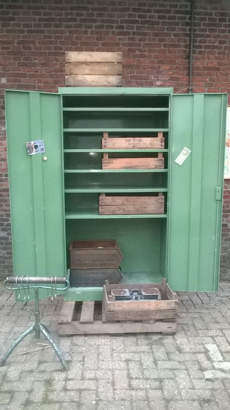 There is a dressing table mirror and lockers and drawersgalore - Industriele Locker Vintage Green Interior Styling Www Als Nieuw Com