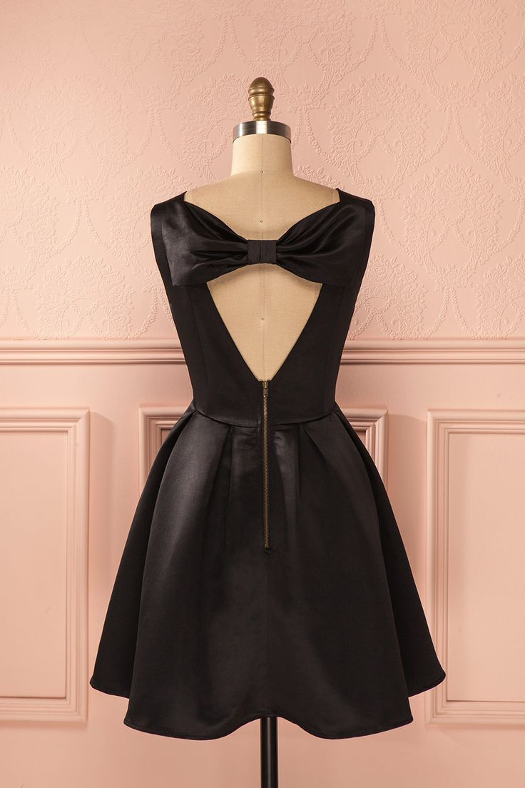 Ses longs cheveux lisses et soyeux brillaient comme le doux satin. Her long smooth hair shined like soft silk. Black satin back bow dress www.1861.ca