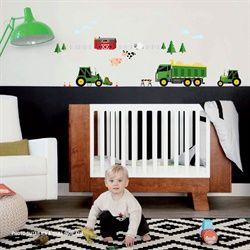 Nos autocollants muraux exclusifs seront parfaits pour la chambre de votre petit cultivateur ; pépines, camions et grues seront au rendez-vous!