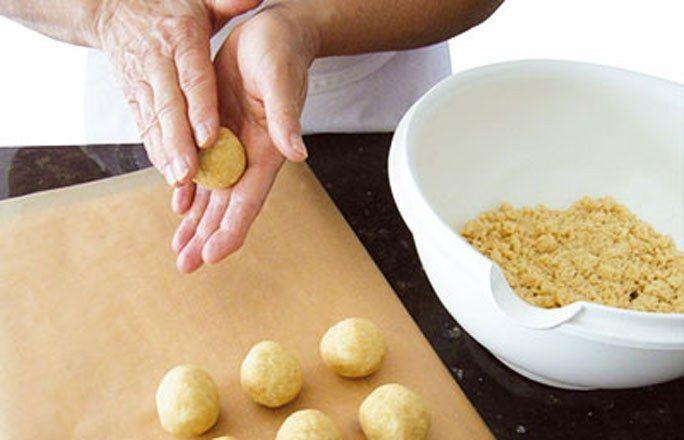 Grundrezept Cake Pops: Kuchenbälle formen - Cake Pops: Rezept zum Nachmachen - Zutaten für 20 Cake Pops: 1 ausgekühlter Biskuit 70 g Frischkäse (Vollfettstufe) 140 g Puderzucker, durchgesiebt Zubereitung: Den Kuchen z. B. in einer Küchenmaschine zu feinen Krümeln zerkleinern und beiseitestellen...